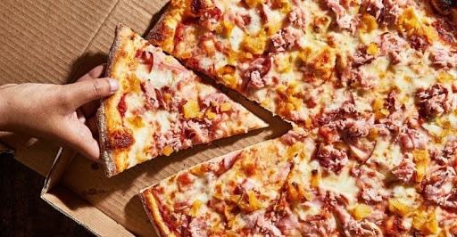 طريقة عمل البيتزا بـ 4 طرق لشيفات مشهورين